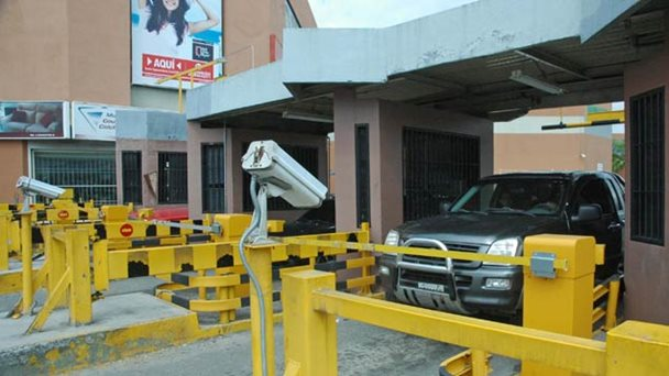 Estacionamientos reducen personal por rezago en tarifas