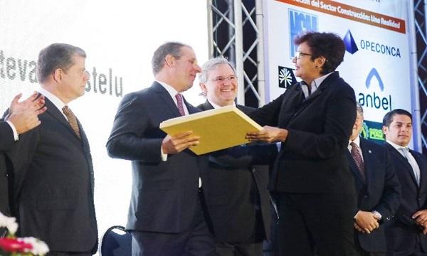 CVC premia labor de periodista de El Universal