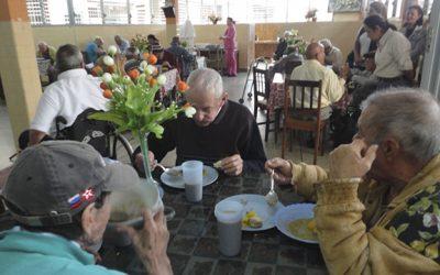 """Abuelitos y niños beneficiados por el proyecto """"Almuerzo La Esperanza"""""""
