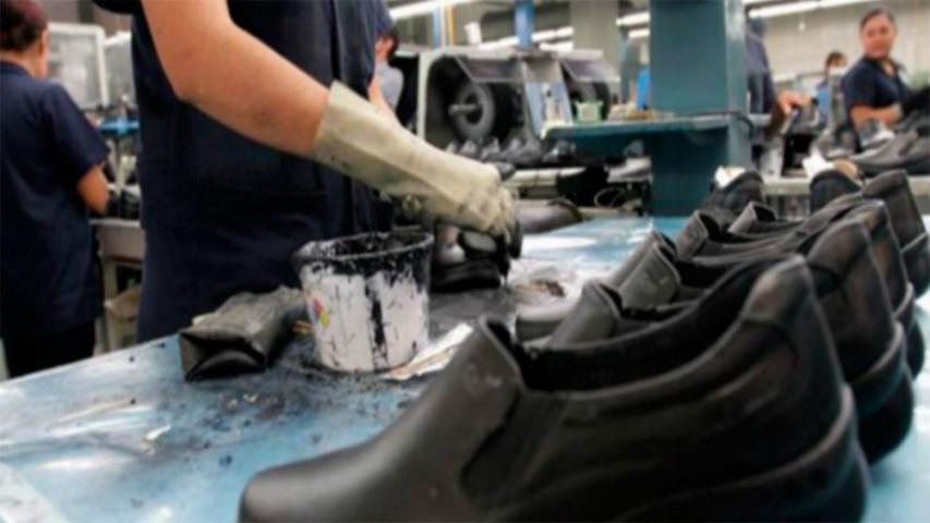 Caraqueños recurren a reparación de calzado ante altos precios